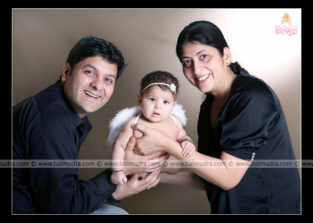 Four months old baby Girl . Mother father daughter photo ,Photo Shoot done by , Shrikrishna Paranjpe , Balmudra Studio , Pune , 9822284771 , www.balmudra.com