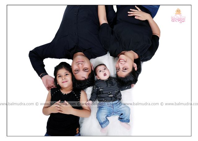 Happy Indian Family , Photo Shoot by , Shrikrishna Paranjpe , Balmudra Studio - Pune - 9822284771 - www.balmudra.com