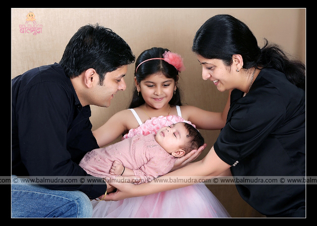 Happy Indian Family, Photo Shoot done by , Shrikrishna Paranjpe , Balmudra Studio, Pune , 9822284771 ,www.balmudra.com