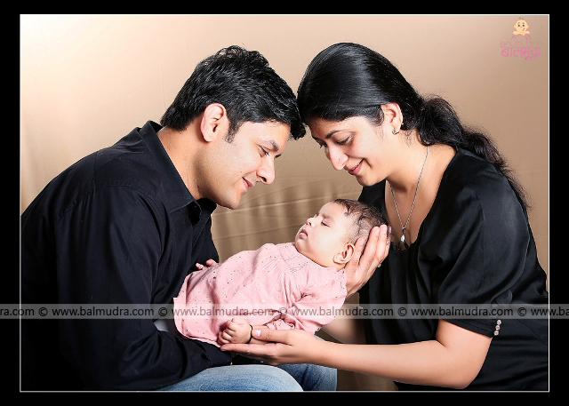 Parents and baby , Family ,Mother, Father ,Four Months Baby Girl , Photo Shoot done by , Shrikrishna Paranjpe , Balmudra Studio - Pune - 9822284771 - www.balmudra.com