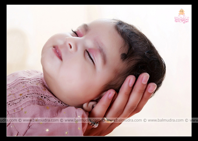 Very Cute Four Months Baby Girl , Photo Shoot done by , Shrikrishna Paranjpe , Balmudra Studio - Pune - 9822284771 - www.balmudra.com
