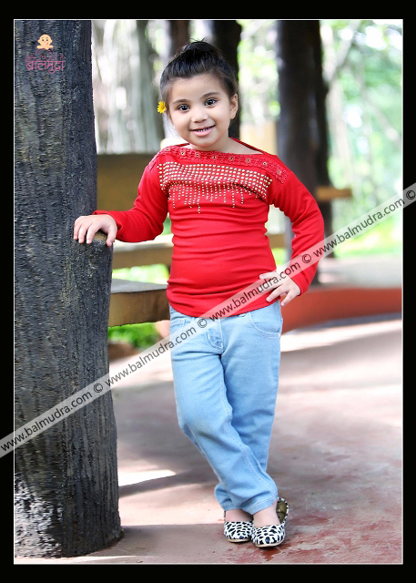 4 Years Indian Cute Girl Posing for Camera during her Outdoor Photo Shoot Professional Photo Session done in Balmudra Studio Pune by Photographer Shrikrishna Paranjpe 9822284771 www.balmudra.com